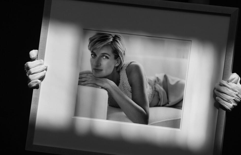 <strong>FOR MARIO TESTINO:</strong> I 1997 poserte Diana for den anerkjente motefotografen Mario Testino. Bildene var egentlig planlagt publisert i en fotoserie for Vanity Fair. Dette bildet er tatt under en auksjon ved Christie&#039;s auction house i London i 2010. Da ble det estimert at fotografiet hadde en verdi på rundt 22 000 pund. Foto:  Foto: NTB Scanpix