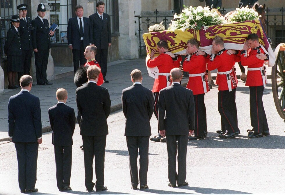 IKONISK: For de av oss som husker høsten 1997 står begravelsen til Diana sterkt i minnet - og da spesielt det personlige kortet med påskriften «Mummy» på fra prins William og prins Harry. Fra venstre: prins Charles, prins Harry, Dianas bror Earl Spencer, prins William og prins Philip mens de så på at kisten med Diana ble båret inn i Westminster Abbey den 6. september 1997. Foto:  Foto: NTB Scanpix