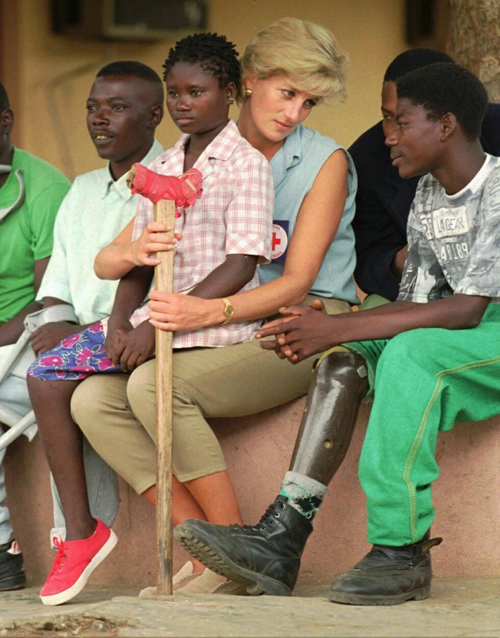 NÆRKONTAKT: I januar 1997 besøkte Diana byen Luanda i Angola, som på den tiden huset mange landminer. På fanget til Diana satt den da 13 år gamle jenta Sandra Thijica, som mistet sin venstre legg da hun jobbet med sin mor ute i et minefelt i 1994. Foto: NTB Scanpix