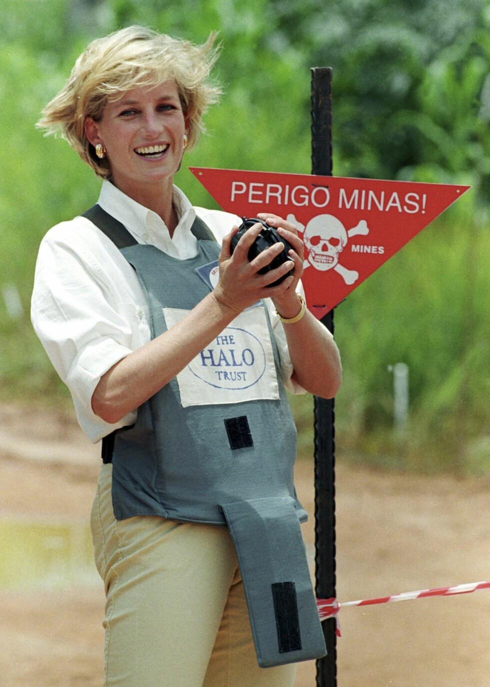 UREDD: Disse bildene av Diana med skuddsikker vest og en landmine i hendene er brent fast på netthinnen vår. Foto: NTB Scanpix
