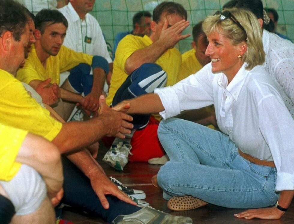 VOLLEYBALLAG: I Bosnia møtte Diana blant annet medlemmer fra volleyballaget Zenica som hadde opplevd å bli skadet av miner. Foto: NTB Scanpix