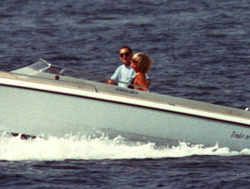FORELSKET: Dodi og Diana fotografert under en romantisk båttur i Saint Tropez den 22. august 1997. Foto: NTB Scanpix