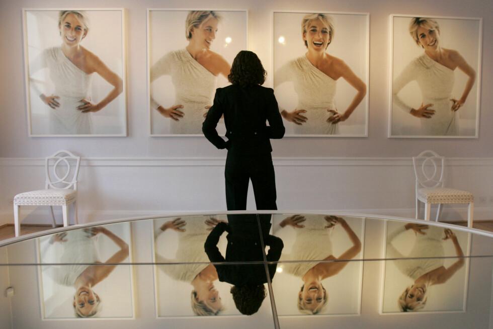 IKONISKE BILDER: I 1997 poserte Diana for den anerkjente motefotografen Mario Testino. Bildene var egentlig planlagt publisert i en fotoserie for Vanity Fair. Her fra utstillingen i 2005. Foto: NTB Scanpix|