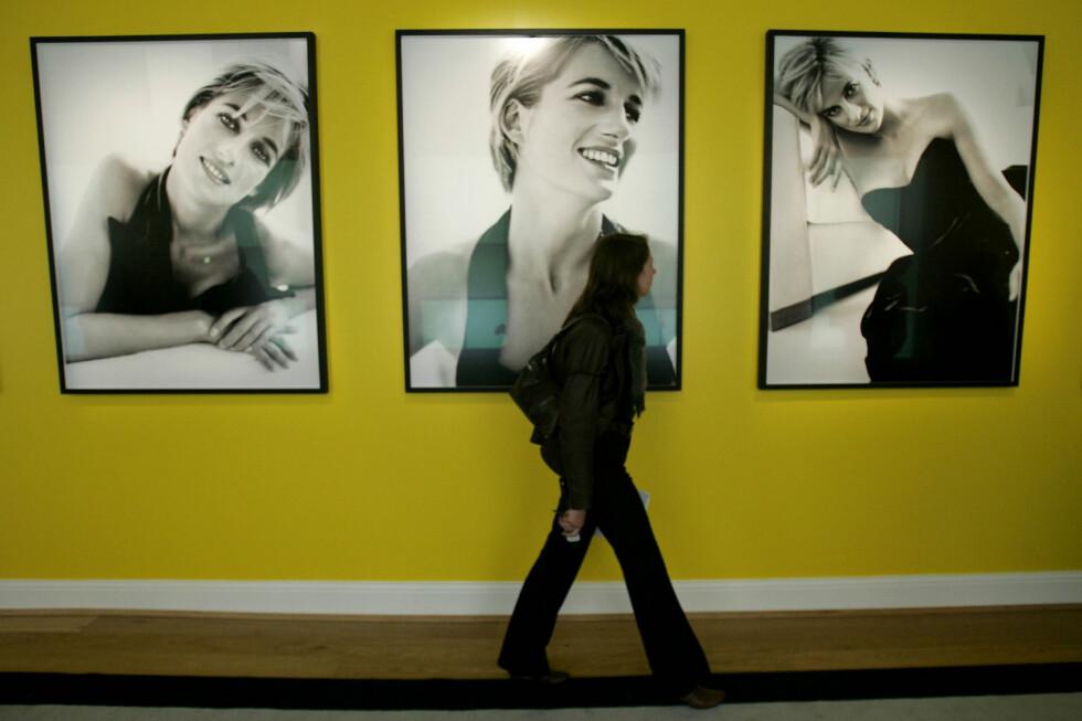 UTSTILLING: Flere av Testino-bildene av Diana ble stilt ut på Kensington Palace i London i 2005.  Foto: NTB Scanpix