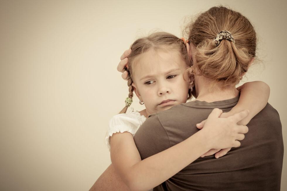 TRYGGHET: Barn med selektiv mutisme kan ofte snakke normalt hjemme, eller med en god venn, men være taus foran andre mennesker. Foto: Shutterstock / altanaka