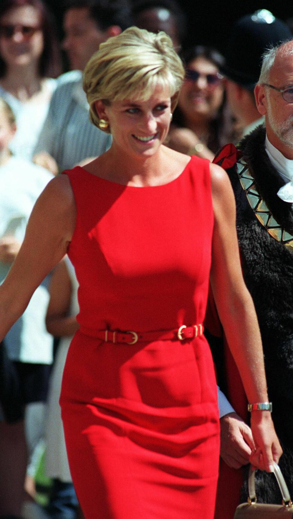 MOTEPRINSESSE: Diana fotografert sommeren 1997 i en rød kjole signert Catherine Walker - en av hennes favorittdesignere. Hun ble gravlagt i en sort Catherine Walker-kjole, som hun kjøpte noen måneder før hun døde.  Foto: NTB Scanpix