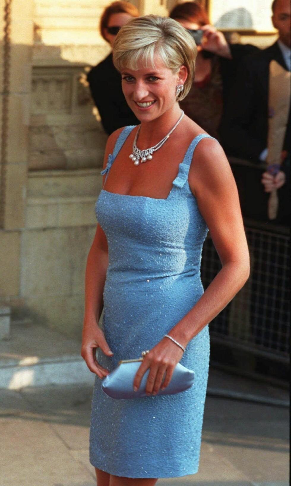 I BABYBLÅTT: Diana på vei inn på Svanesjøen-forestillingen ved Royal Albert Hall i begynnelsen av juni 1997. Foto: NTB Scanpix