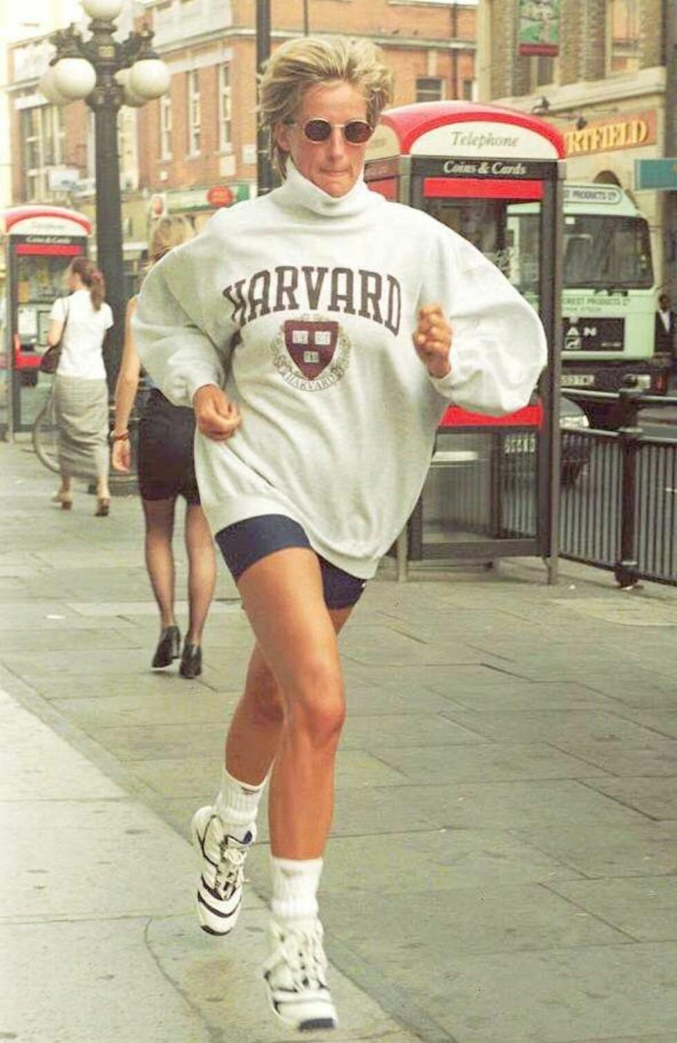 SPORTY: Diana likte å holde seg i form. Her ble hun fotografert løpende på vei til bilen sin etter en treningsøkt i London den 21. august 1997 - 10 dager før hun ble drept i den fatale bilulykken i Paris. Foto: NTB Scanpix