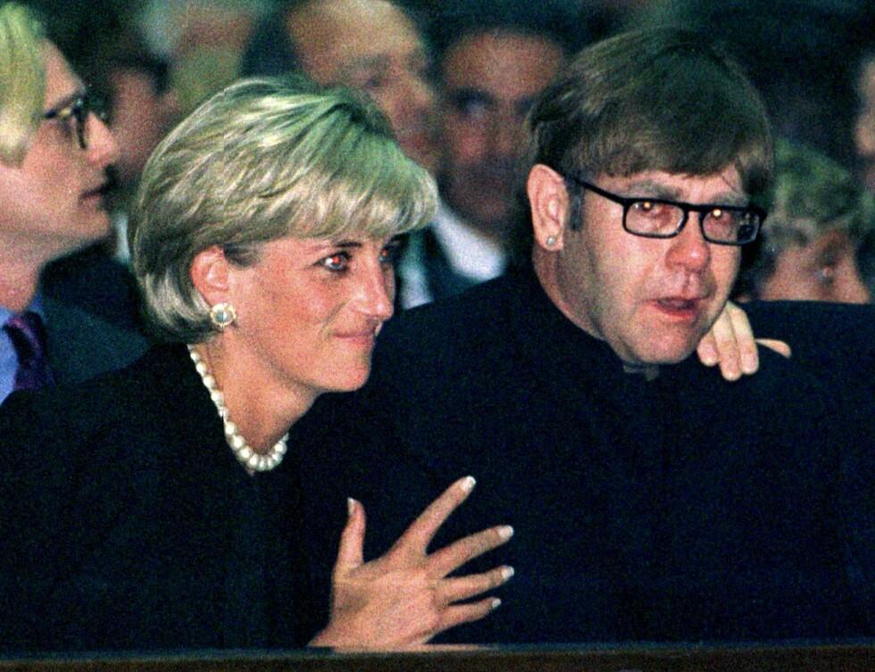 I SORG: Litt over én måned før sin egen død sørget Diana over tapet av sin gode venn og motegigant Gianni Versace som ble drept i Florida den 15. juli 1997. Han ble begravet i Milano 22. juli 1997. Her trøster Diana artisten Elton John - som skjebnen ville at skulle synge i Dianas begravelse den 6. september 1997. Foto: NTB Scanpix