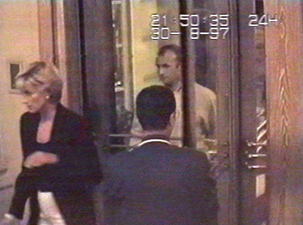 DEN SISTE KVELDEN: Diana på vei ut av Hotel Ritz for å spise middag med kjæresten Dodi Fayed i Paris 21.50 lørdag kveld. To og en halv time senere er begge døde. Foto: NTB Scanpix