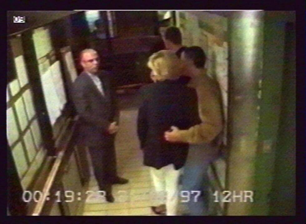 DE SISTE MINUTTENE: Diana i armene på kjæresten Dodi Fayed og deres privatsjåfør Henri Paul (t.v.) rett før de forlater Hotel Ritz i Paris noen minutter over midnatt 31. august 1997. Bildet er hentet fra overvåkningsvideoen på hotellet og er i ettertid blitt frigitt av Dodis far, Mohamed Al-Fayed. Mannen lengst bort i bildet antas å være livvakt Trevor Rees-Jones. Han var den eneste som overlevde bilulykken. Foto: NTB Scanpix
