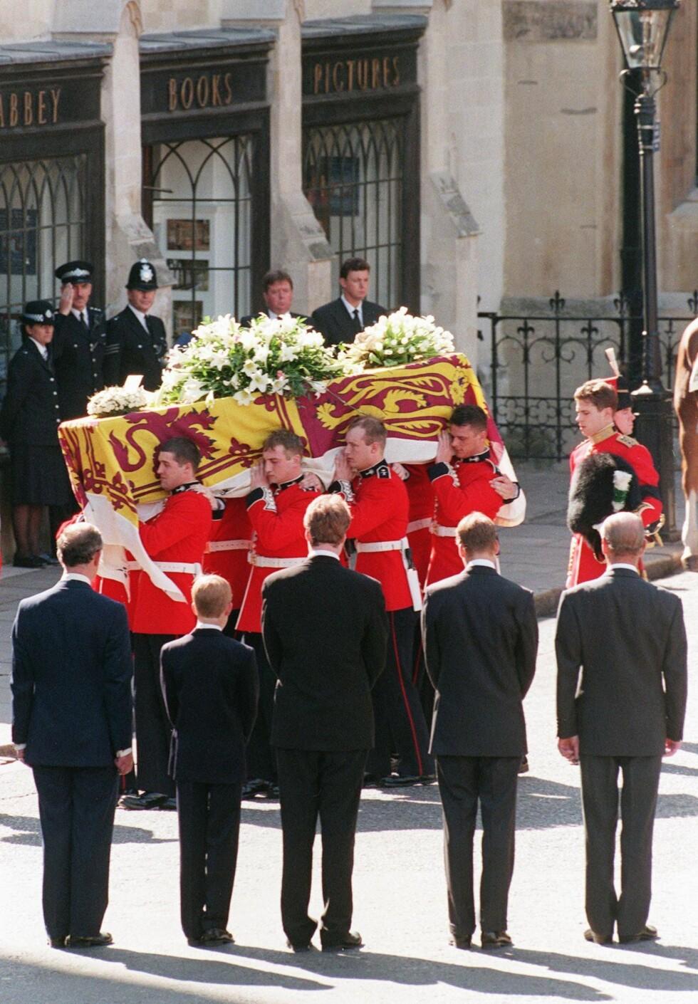<strong>TOK FARVEL:</strong> For de av oss som husker høsten 1997 står begravelsen til Diana sterkt i minnet - og da spesielt det personlige kortet med påskriften «Mummy» på fra prins William og prins Harry. Fra venstre: prins Charles, prins Harry, Dianas bror Earl Spencer, prins William og prins Philip mens de så på at kisten med Diana ble båret inn i Westminster Abbey den 6. september 1997. Foto: NTB Scanpix