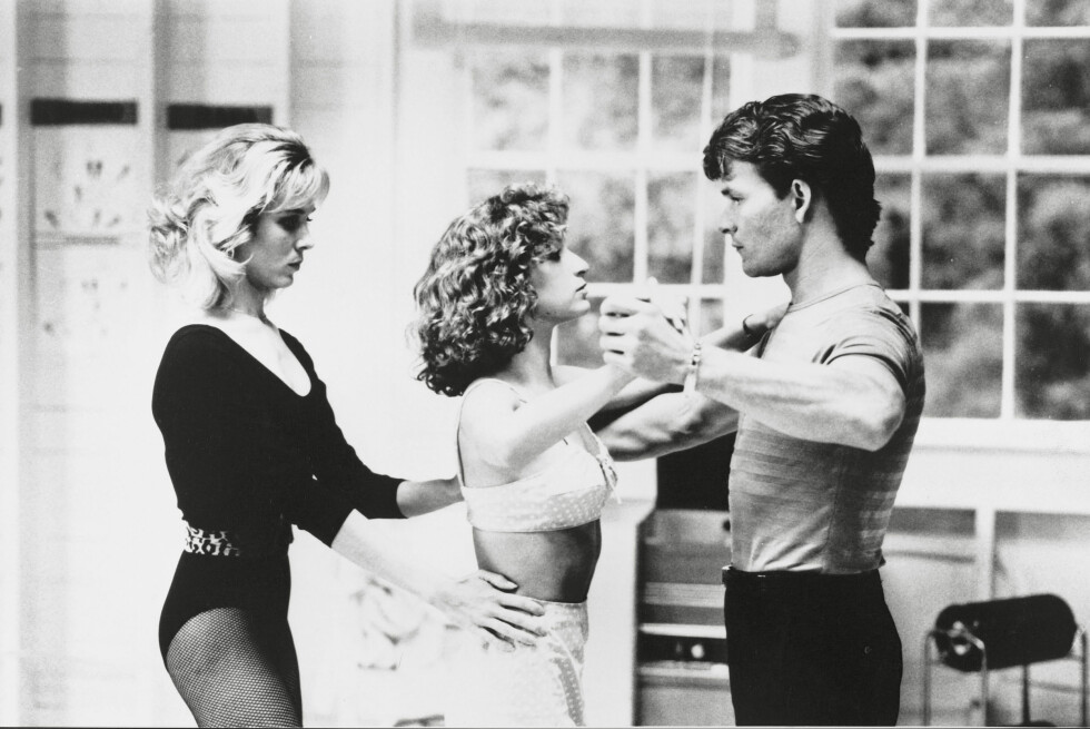 HOT: Dette er helt klart en av favorittscenene våre fra filmen! Her forsøker Penny (Cynthia Rhodes) og Johnny Castle (Patrick Swayze) å lære Baby (Jennifer Grey) å danse mambo. Foto:  Foto: NTB Scanpix