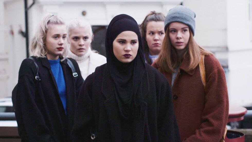 SKAM: Tv-serien hvor Noora (Josefine Frida Pettersen), Vilde (Ulrikke Falch), Sana (Iman Meskini), Chris (Ina Svenningsdal) og Eva (Lisa Teige) er med ruller over tv-skjermer over hele verden. Foto: NRK