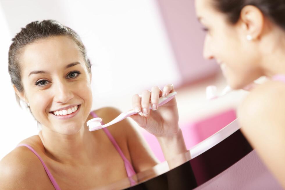 GOD TANNHELSE: Bruk både tanntråd før tannbørste, sier ekspert.  Foto: stokkete - Fotolia