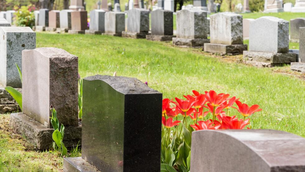 BEGRAVELSE: Det å begrave sine nærmeste kan koste en dyrt. FOTO: NTB Scanpix
