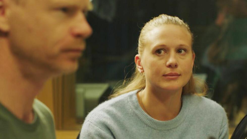 I DEBATT: Scenen hvor forfatterspiren Nenne (spilt av Gine Cornelia Pedersen) vinner debatten mot Harald Eia er en av de absolutt deiligste å se på i hele serien - vi er sikkert veldig mange som har følt på det samme adrenalinet som Nenne gjør under en diskusjon. Foto:  Foto: Monster Scripted
