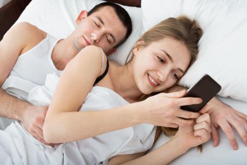KAN BLI EN TRUSSEL: Å glemme mobilen hjemme er for mange som å ha glemt en kroppsdel. Men det kan nok være ganske sunt å venne seg til å klare seg uten iblant, så du lettere klarer å legge den fra deg og vende oppmerksomheten mot noen andre.  Foto: Scanpix