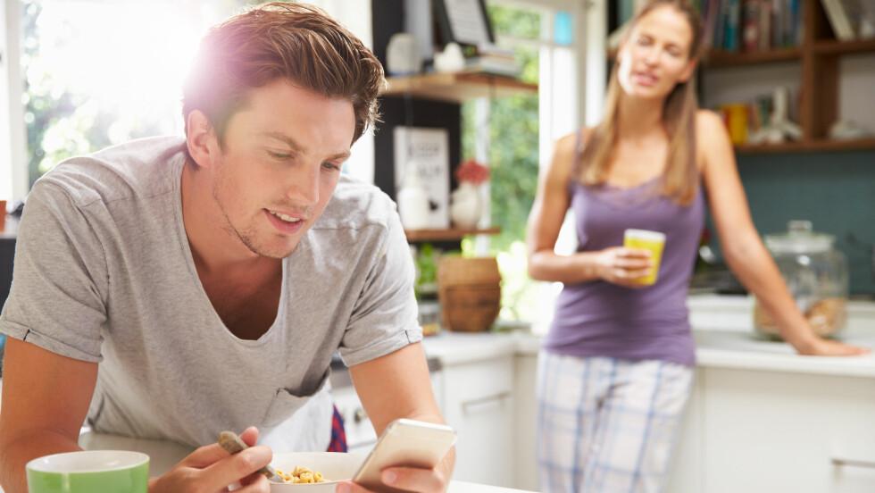 PHUBBING: Har mobiltelefonen fått en vel stor plass i forholdet deres, kan det nok ha mer å si enn dere kanskje tror. Å ha avtaler for når telefonen skal legges bort kan styrke forholdet.   Foto: Shutterstock / Monkey Business Images