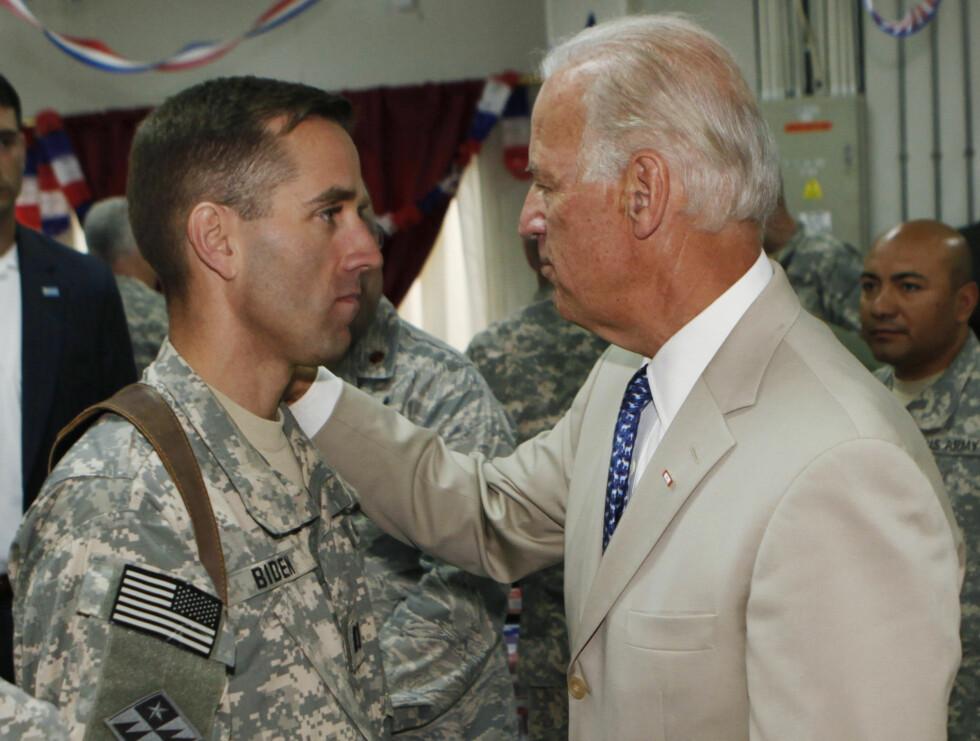 2009: Joe Biden med sønnen Beau Biden i Irak 2009.  Foto: Ap