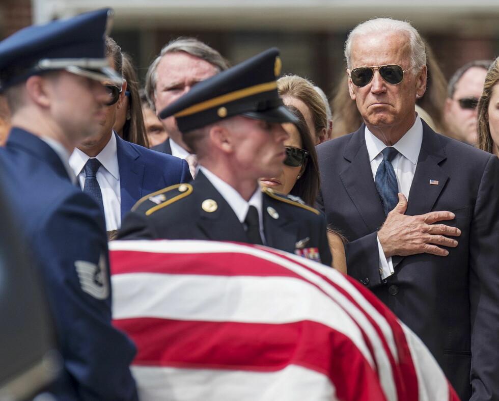 MINNEGUDSTJENESTE: Joe Biden i dyp sorg etter at sønnen Beau Biden døde av kreft i 2015. Foto: Reuters