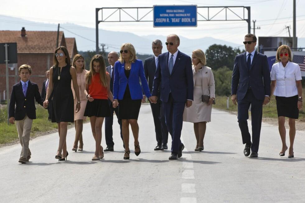 BEAU BIDEN: En vei i Sojevo, Kosovo, er oppkalt etter Joe Bidens sønn Beau Biden som gikk bort i 2015. Her går familien Biden ned veien.  Foto: Epa