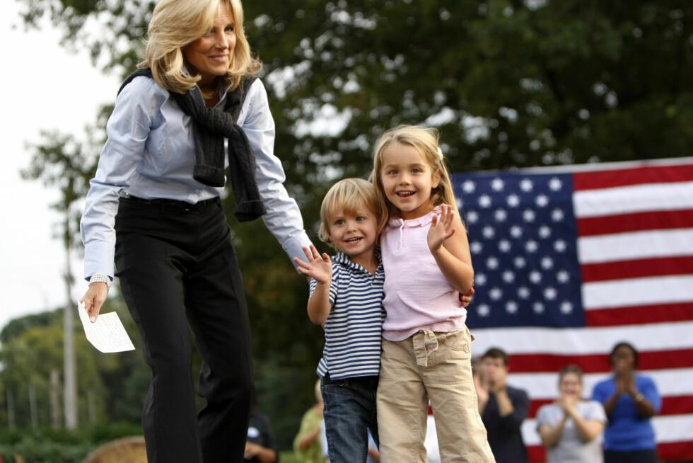 VALGKAMP: Jill Biden introduserer ektemannen under valgkampen i 2008. Her med barnabarna Hunter og Natalie på scenen. Foto: AP