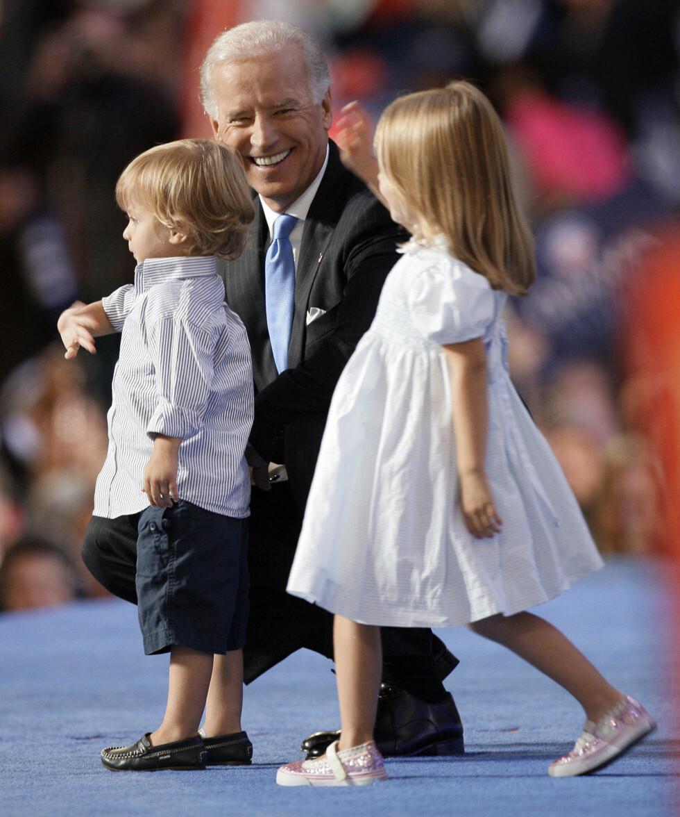 GLAD I PUBLIKUM: Barnabarna til Joe Biden har fått vært oppe på scenen et par ganger under hans år som visepresident. Her er nok en gang Hunter og Natalie i 2008.  Foto: AP