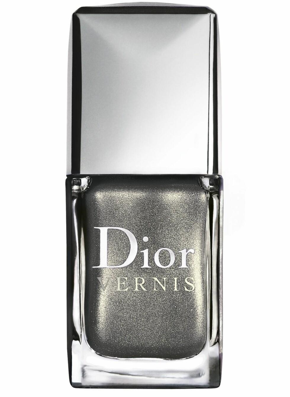 Neglelakk er viktig denne våren. Trendene forteller at den ikke trenger bare være rød eller rosa, også metalliske, kalde farger er helt riktig nå. Diors vårlook er inspirert av 1920-tallets kokette skjønnhetsideal og den suptile kombinasjonen av uskyld og sensualitet. Dior Vernis Silver Pearl 604 er limited edition neglelakkene til vårlooken (kr 200, Dior).