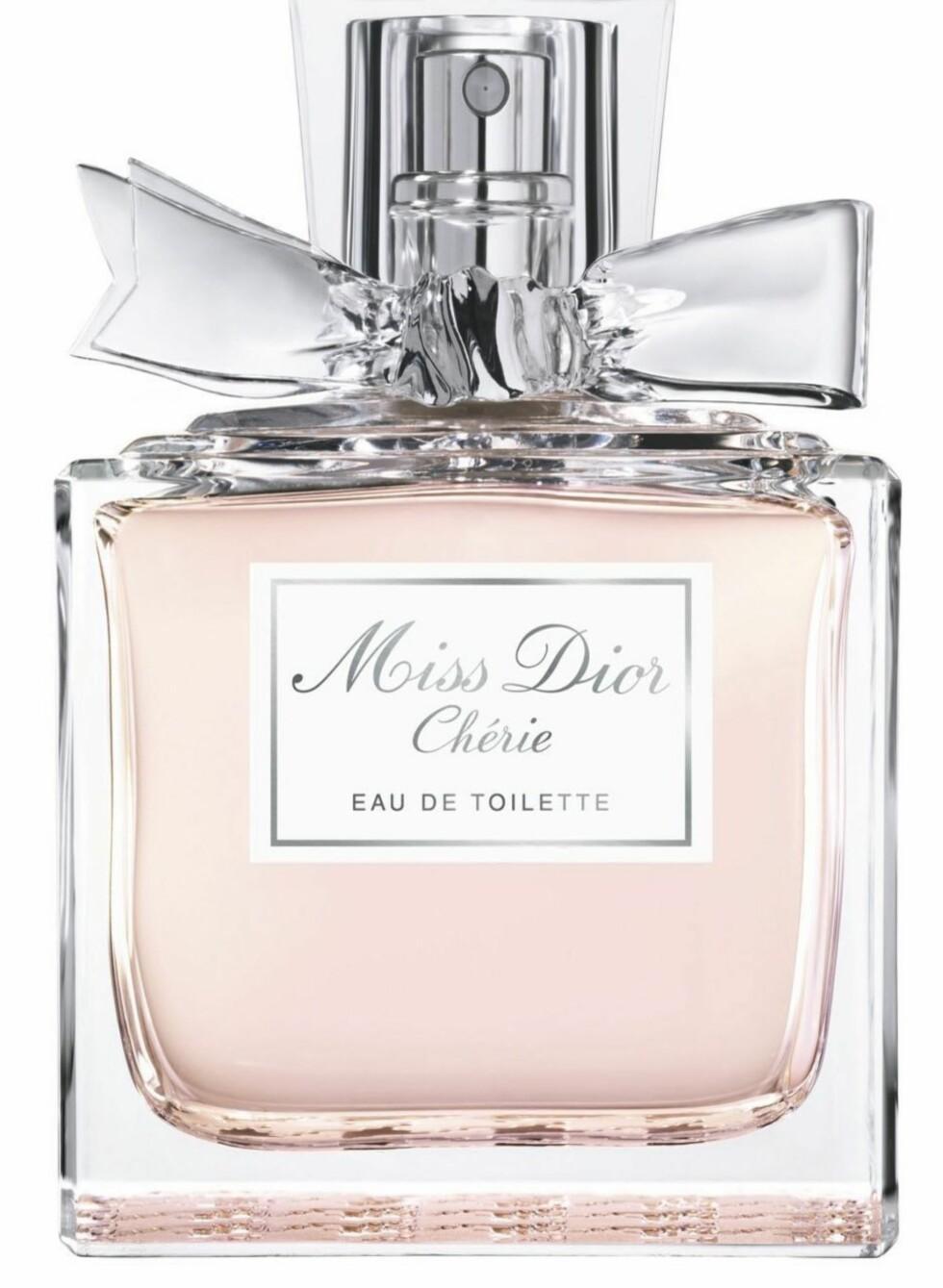 Når våren kommer er det deilig med en ny og friskere duft. De tunge, krydrede duftene hører kvelden og mørket til. Miss Dior Chérie Eau de Toilette, derimot, er en drømmende floral couture-duft med noter avappelsinblomst  blodappelsin-essens og Neroli. Blomstersymfonien fortsetter med tyrkisk rose, gardenia, jasmin, Ylang-ylang og grønne noter av Patchouli (Miss Dior Chérie EdT/50 ml, kr 610).
