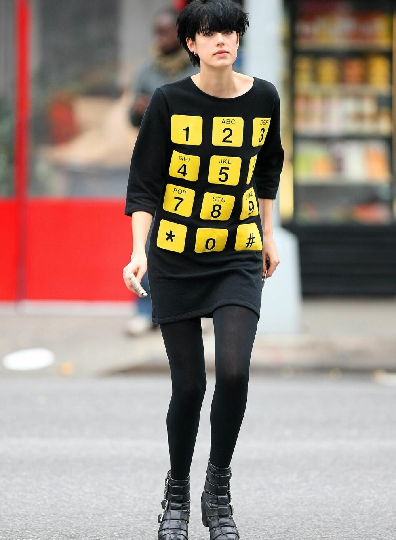 Supermodell Agyness Deyn har ikke trukket i helgult, men har valgt en genser med gult mønster fra designeren Jeremy Scott.  Foto: All Over Press