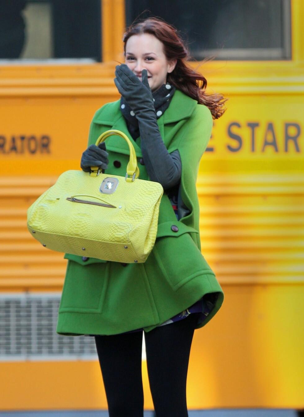 Leighton Meester har valgt en knallgul skinnveske til den vårgrønne kåpa. Foto: All Over Press