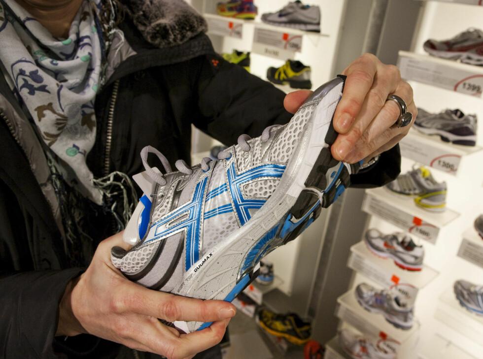<strong>TRIKS NUMMER 1:</strong> Kjenn etter at skoen er relativt stiv. Foto: Per Ervland