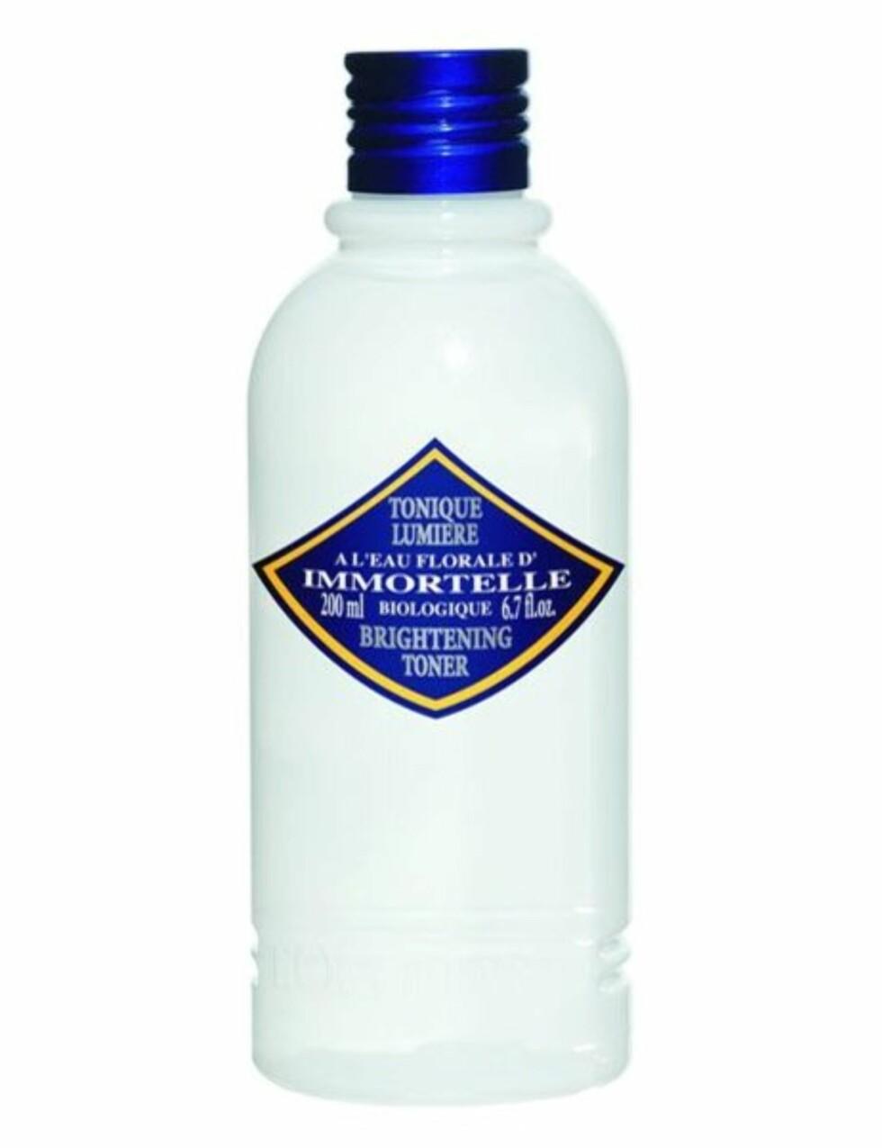 Immortelle Brightening Toner har alkoholdfri formula og inneholder en spesiell kombinasjon av aktive ingredienser, blant annet eteriske oljer som skal beskytte huden mot aldring (200 ml, kr 185, L'Occitane).