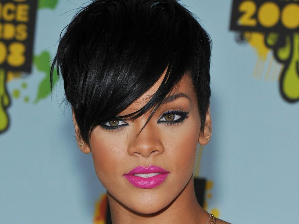 Etter at Rihanna klippet seg kort gikk hun fra uskyldig og anonym artist til stilfull og interessant verdensstjerne. Denne frisyren passer til alle som har markerte ansiktstrekk. Den er også fin til hjerteformet ansikt, for den vil dra oppmerksomheten til øynene og kinnbena. Foto: All Over Press
