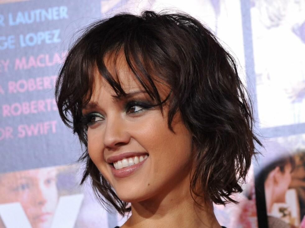 Jessica Alba har frisyren som passer for lang ansiktsform. Klippen er også en fin måte å få tynnet ut håret om det er veldig tykt. Har du et rundt ansikt kan en skrå lugg smalne det litt. Foto: All Over Press