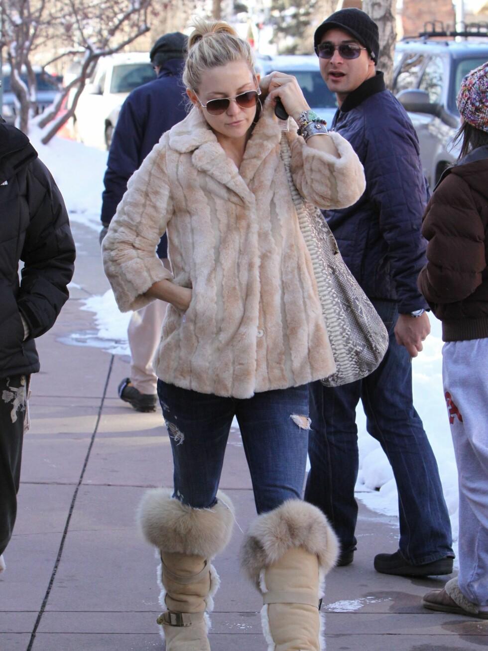 Kate Hudson har kledd seg mot Aspen-kulda i en pelsjakke med lett A-snitt. På beina har hun tykke skinnstøvler med remmer. Men hullete jeans? Det hadde ikke passert hønemor-kontrollen.  Foto: All Over Press