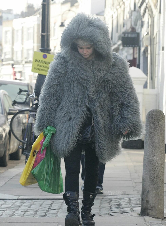 Det er ikke en liten inuit på vidvanke. Det er Pixie Geldof som er ute og går i kjølige Primrose Hill i London. Hun holder fast ved tightsene sine, men har pakket seg inn i en enorm jakke av fuskepels.   Foto: All Over Press