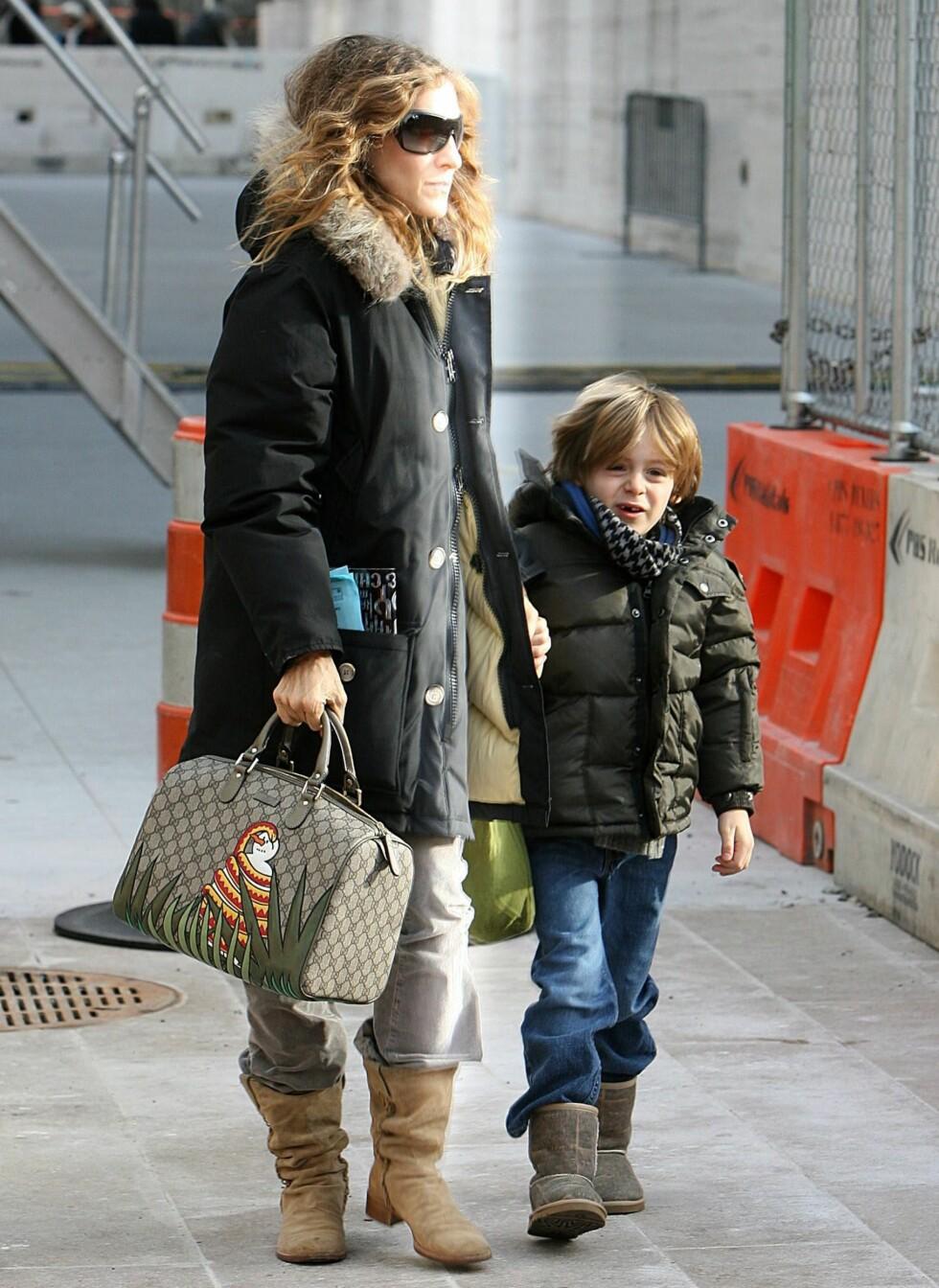 Sarah Jessica Parker er ute og går i New York sammen med sønnen James. Sarah har lagt rosa kjoler og sølvstiletter på hylla for vinteren, og funnet fram den varme parkasen med pelskant. På beina har hun kraftige, brune støvletter med lav hæl.  Foto: All Over Press
