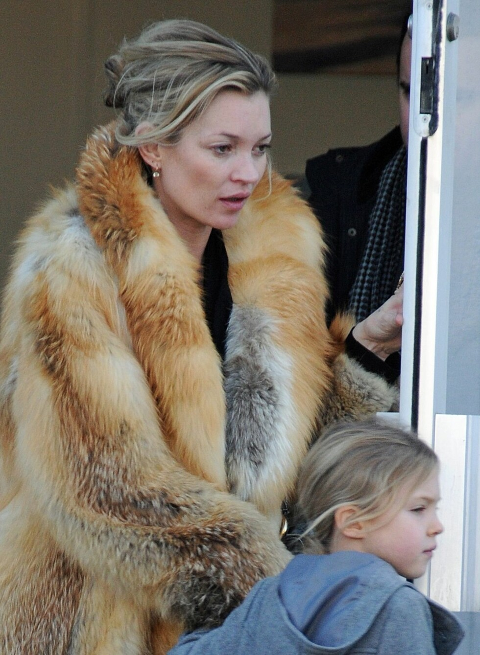 Også Kate Moss ser ut til å ha valgt å gi PETA og andre dyrevernorganisasjoner en grunn til å svarteliste henne i vinter. Her er hun ute sammen med datteren Lila Grace, ifør en lang pelskåpe.  Foto: All Over Press