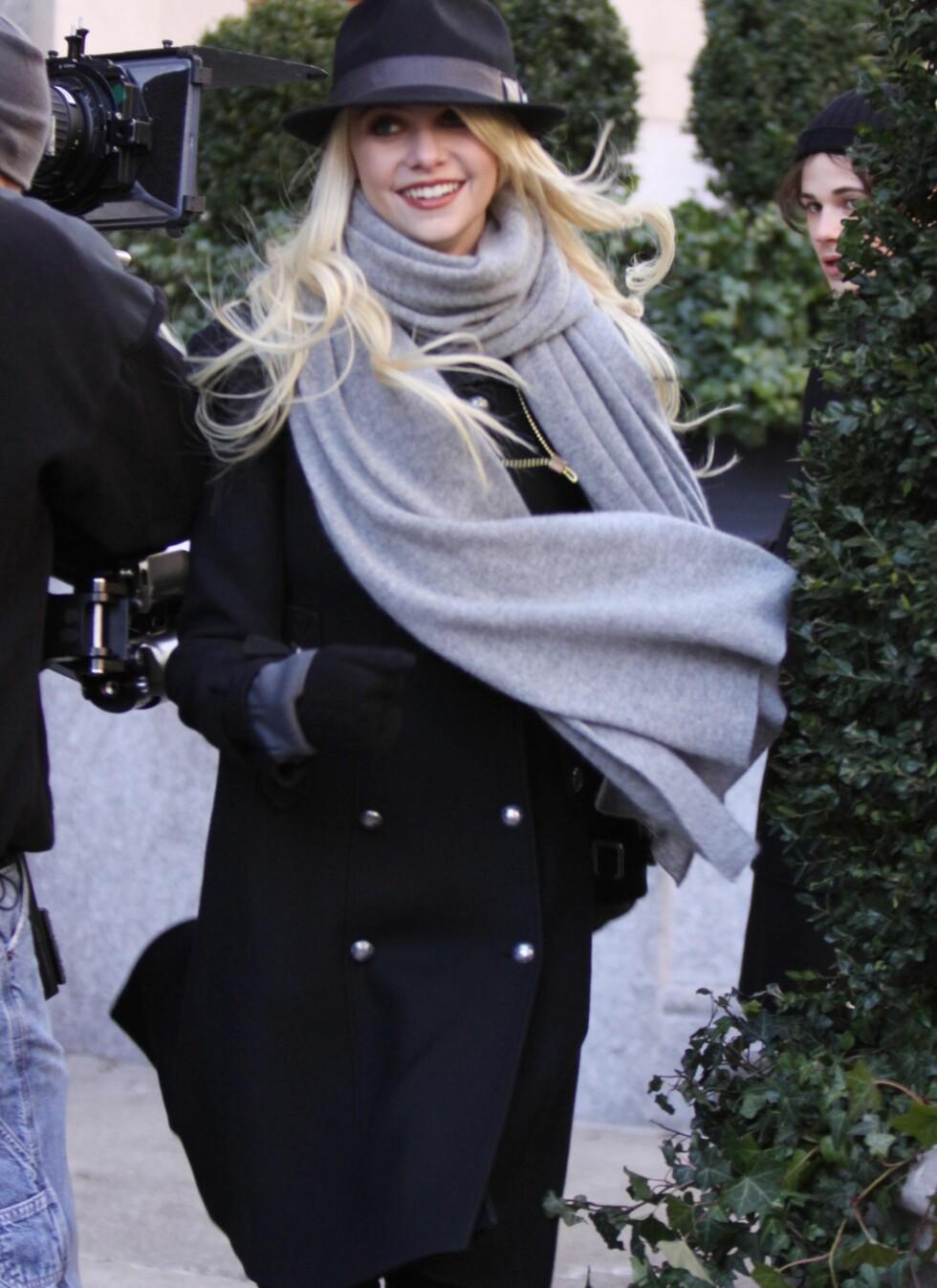 Taylor Momsen har pakket seg inn i et langt sjal og en tykk, dobbeltspent kåpe. P hodet har hun en hatt.  Foto: All Over Press