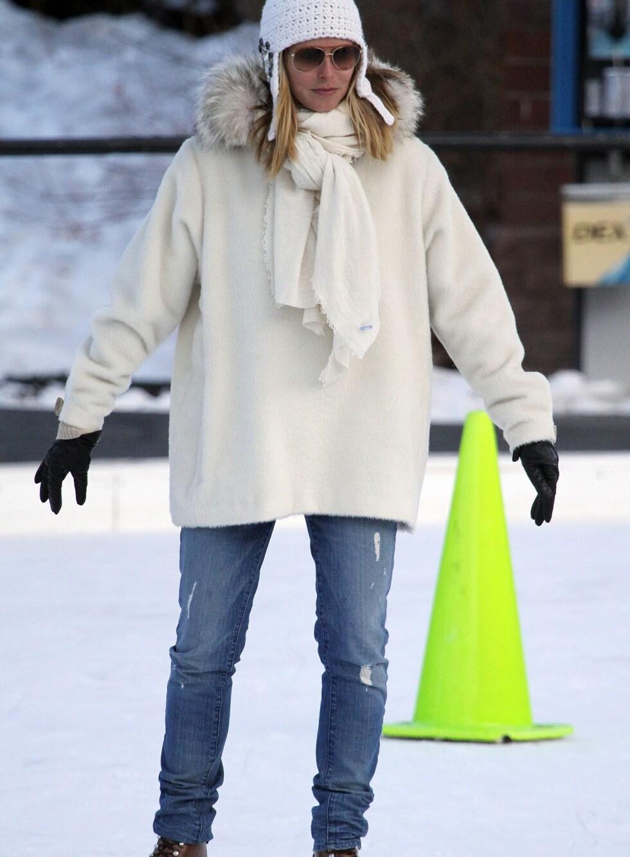 Supermodell Heidi Klum går på skøyter i Aspen, Colorado. Hun har valgt en kraftig, hvit jakke, hvitt sjal og lue med øreklaffer. Hvem sa at hvitt ikke var en vinterfarge?  Foto: All Over Press