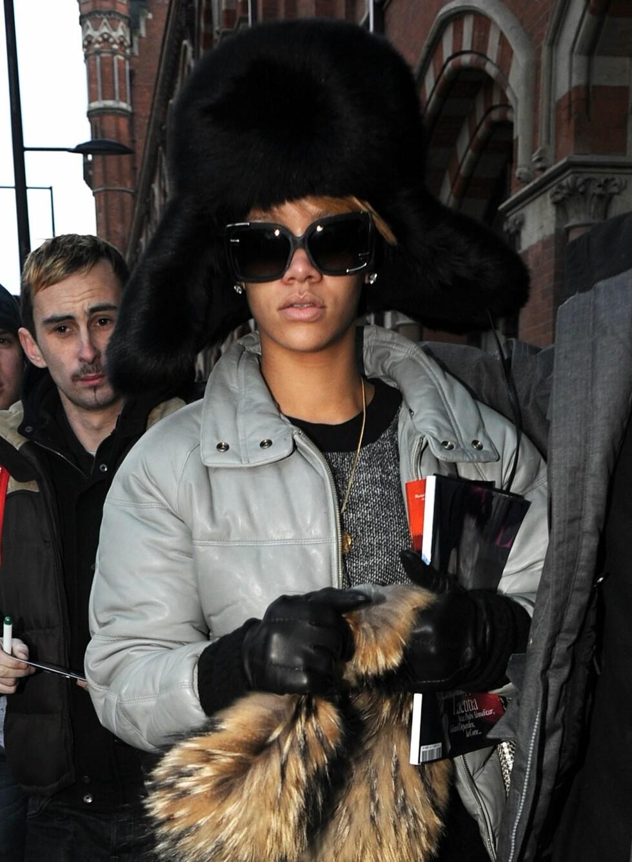 Også Rihanna sier neitakk til blåfrosne ører. Hun har valgt en enorm pelslue, som hun kombinerer med en grå boblejakke.  Foto: All Over Press
