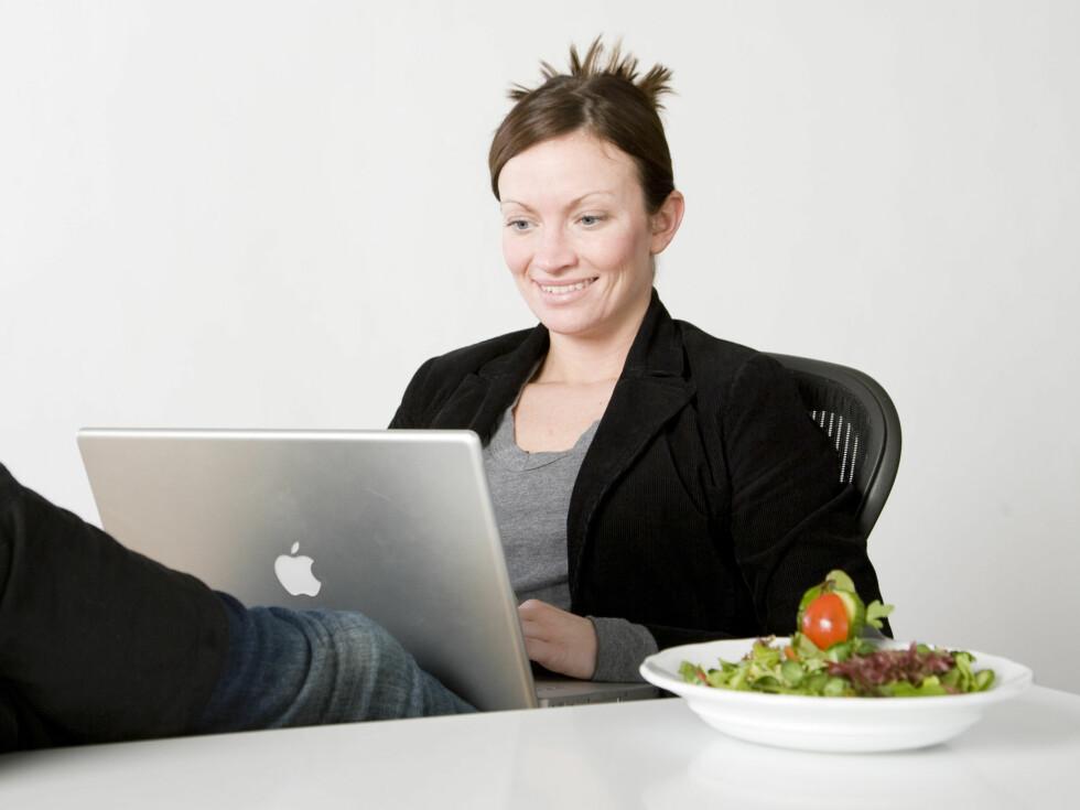 Med disse tolv tipsene kan du smile og være glad hele arbeidsdagen. Foto: colourbox.com