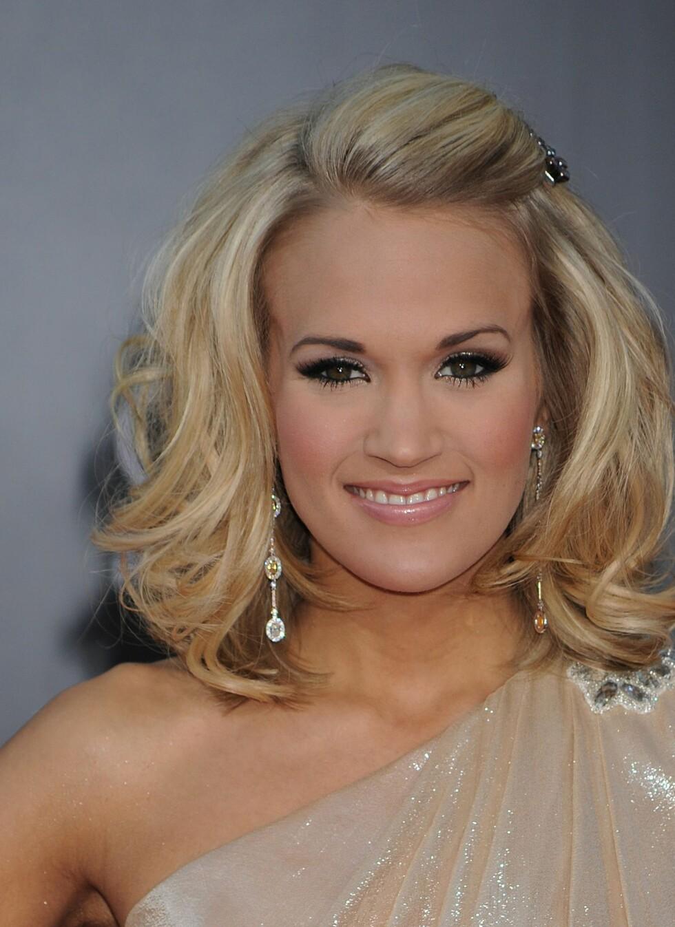 FALL OG VOLUM: Abergel har også råd når det kommer til Carrie Underwoods nydelige look; en mellomting mellom avslappet og stylet. - Påfør et volumprodukt ved hårrøttene før du føner det, er Abergels tips. Foto: All Over Press