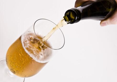 Du bør kutte ned på alkoholen hvis du føler deg trist og lei. Foto: colourbox.com