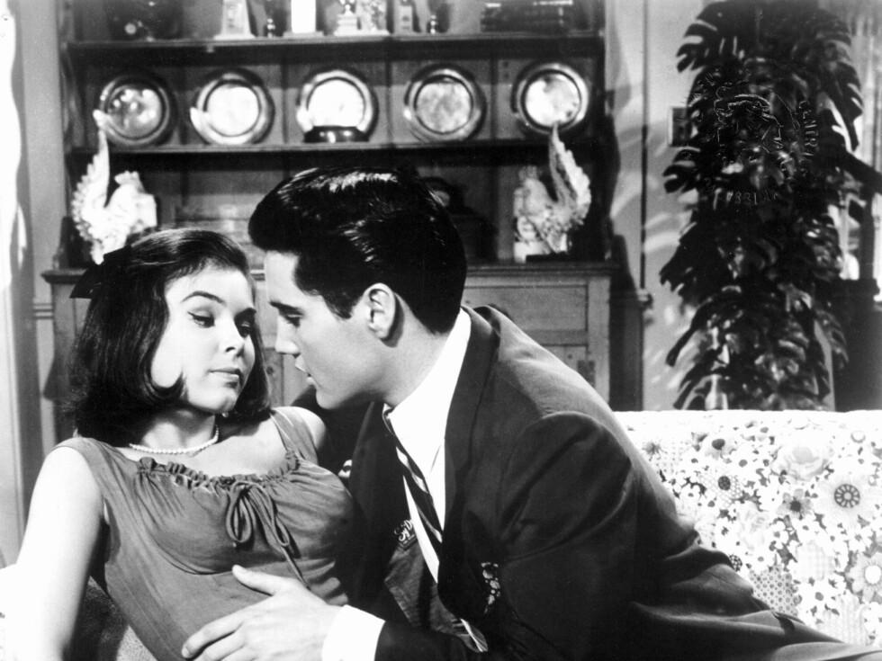 Damer var en viktig bestanddel i mange av Elvis' filmer. Her fra It Happened at The Worlds Fair (1963). Foto: All Over Press