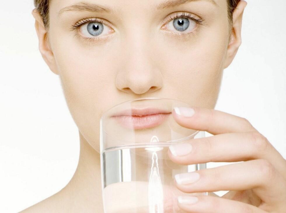<strong>HOLDER IKKE VANN:</strong> At det å drikke mye vann gir vakker hud, er bare en myte, ifølge en ny britisk rapport. Foto: Colourbox