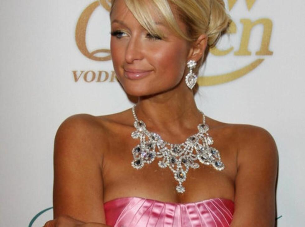 POPULÆRT, MEN ER DET SKADELIG? Mange gjør som partypiken Paris Hilton, og bruker selvbruningskremer for å bli brunere. Se hva hudlegen sier om fenomenet lenger ned i saken.
