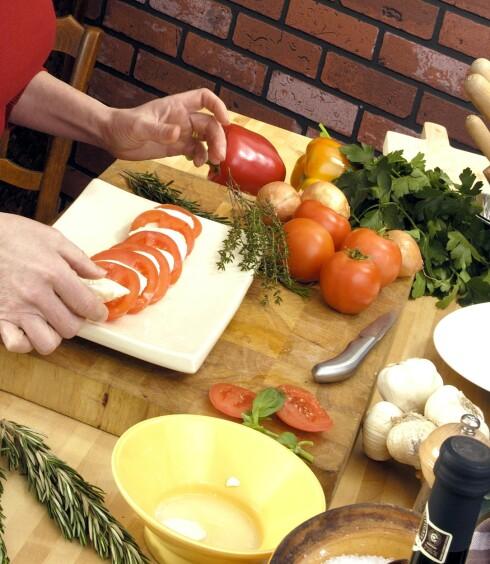 <strong>KRYSSKONTAMINASJON:</strong> Vær nøye med å bytte utstyr og vaske hendene mellom håndtering av ulike råvarer. Foto: Colourbox.com
